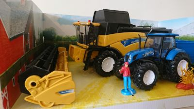 New Holland CR9090 Combine with Tractor T7.270 & Trailer Scale Model 1:32